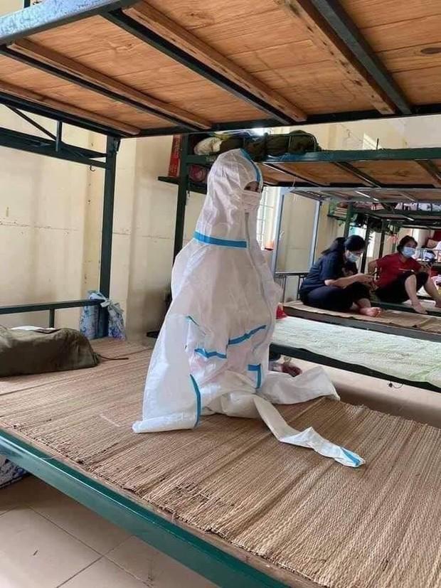Hình ảnh những em nhỏ trong khu cách ly ở Điện Biên: Trời nóng nực vẫn mặc bộ đồ bảo hộ rộng thùng thình, ánh mắt ngơ ngác nhìn mà thương - Ảnh 1.