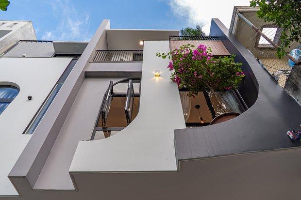Có mảnh đất 75m2, vợ chồng Đà Nẵng xây nhà cực khéo: Trong nhà nghe tiếng nước chảy, ngoài vườn nghe tiếng chim hót - Ảnh 2.