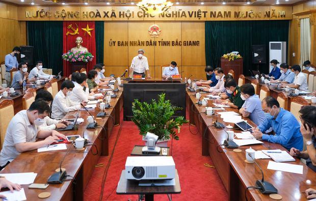 Bắc Giang có số ca Covid-19 cao nhất cả nước, Thứ trưởng Bộ Y tế nêu 4 vấn đề khẩn cần tập trung dập dịch - Ảnh 1.