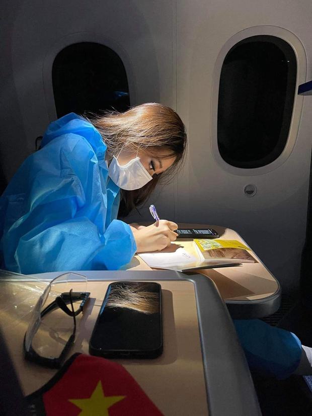 Ảnh hậu trường chưa từng công bố của Khánh Vân: Bật khóc đau đớn, lộ con người thật qua hành trình thi Miss Universe - Ảnh 14.