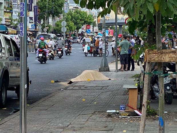 TP.HCM: Người đàn ông mặc áo GrabBike bị đâm chết trước cổng bệnh viện Nhi Đồng 1 - Ảnh 1.
