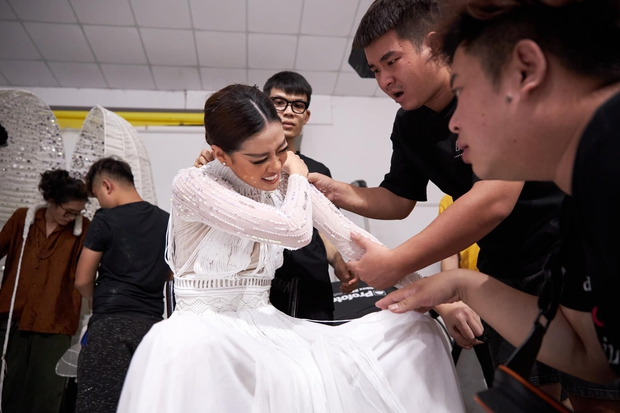 Ảnh hậu trường chưa từng công bố của Khánh Vân: Bật khóc đau đớn, lộ con người thật qua hành trình thi Miss Universe - Ảnh 3.