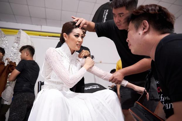 Ảnh hậu trường chưa từng công bố của Khánh Vân: Bật khóc đau đớn, lộ con người thật qua hành trình thi Miss Universe - Ảnh 2.