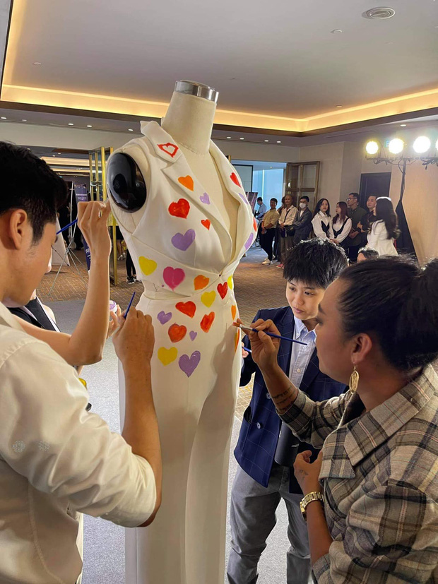 Ảnh hậu trường chưa từng công bố của Khánh Vân: Bật khóc đau đớn, lộ con người thật qua hành trình thi Miss Universe - Ảnh 7.