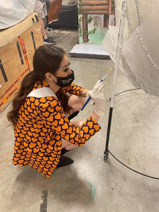 Ảnh hậu trường chưa từng công bố của Khánh Vân: Bật khóc đau đớn, lộ con người thật qua hành trình thi Miss Universe - Ảnh 11.