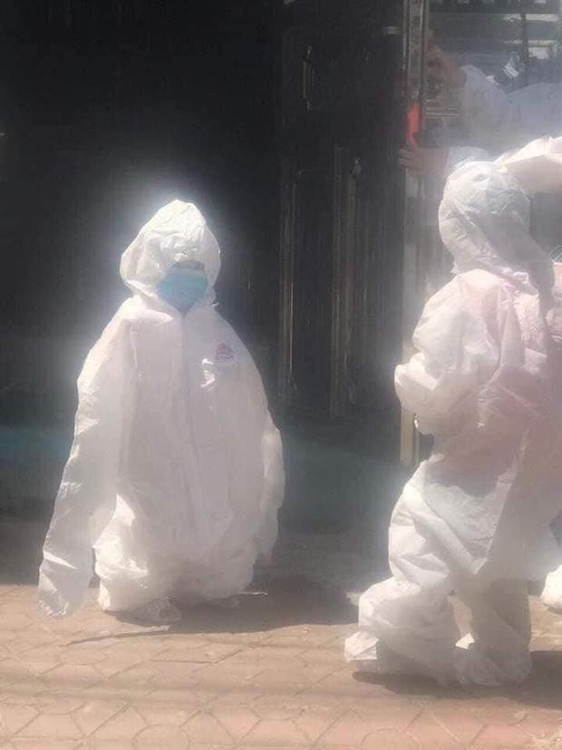 Hình ảnh những em nhỏ trong khu cách ly ở Điện Biên: Trời nóng nực vẫn mặc bộ đồ bảo hộ rộng thùng thình, ánh mắt ngơ ngác nhìn mà thương - Ảnh 2.