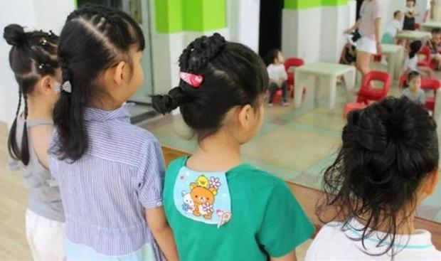 Con gái mừng rỡ khi được cô giáo tết tóc siêu xinh, nhưng vừa nhìn thấy bà mẹ đã hốt hoảng, nhờ Hiệu trưởng đuổi thẳng giáo viên - Ảnh 1.