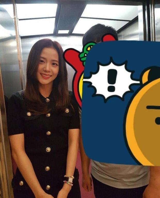 Hé lộ hình hiếm Jisoo (BLACKPINK) tại đám cưới anh ruột: Mặt đẹp như Hoa hậu chấp cả ảnh chụp vội, đôi chân lại gây tranh cãi - Ảnh 2.