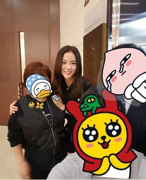 Hé lộ hình hiếm Jisoo (BLACKPINK) tại đám cưới anh ruột: Mặt đẹp như Hoa hậu chấp cả ảnh chụp vội, đôi chân lại gây tranh cãi - Ảnh 4.