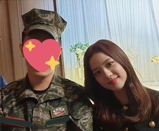 Hé lộ hình hiếm Jisoo (BLACKPINK) tại đám cưới anh ruột: Mặt đẹp như Hoa hậu chấp cả ảnh chụp vội, đôi chân lại gây tranh cãi - Ảnh 5.
