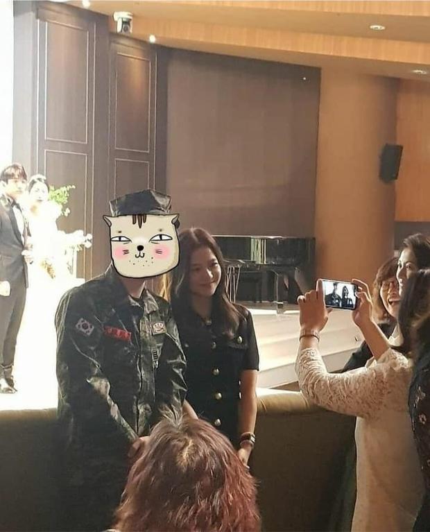 Hé lộ hình hiếm Jisoo (BLACKPINK) tại đám cưới anh ruột: Mặt đẹp như Hoa hậu chấp cả ảnh chụp vội, đôi chân lại gây tranh cãi - Ảnh 6.