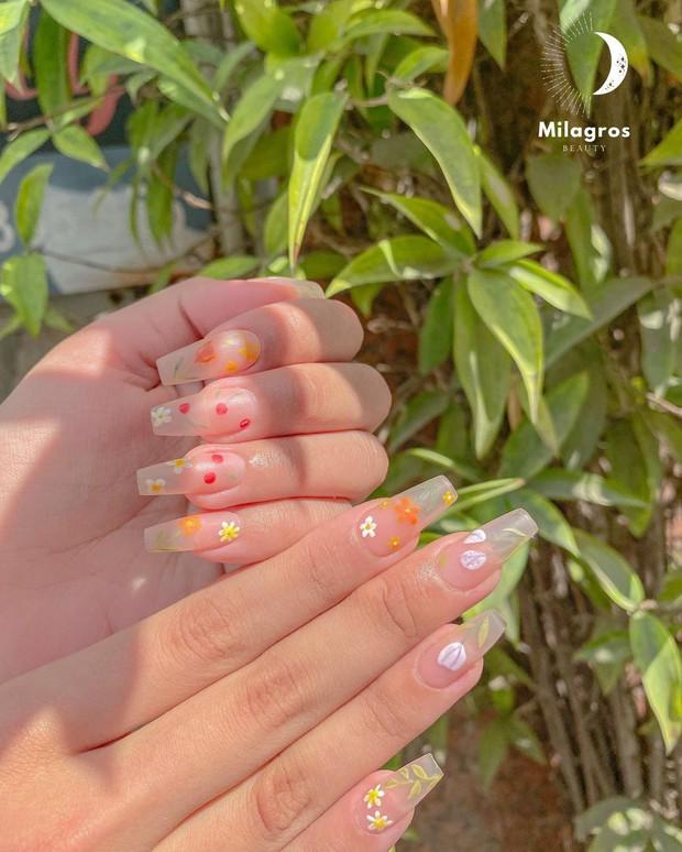 Người chơi hệ sành là phải diện nail hoa cho mùa hè và đây là 10 mẫu đẹp nhất tại các tiệm hot hit - Ảnh 3.