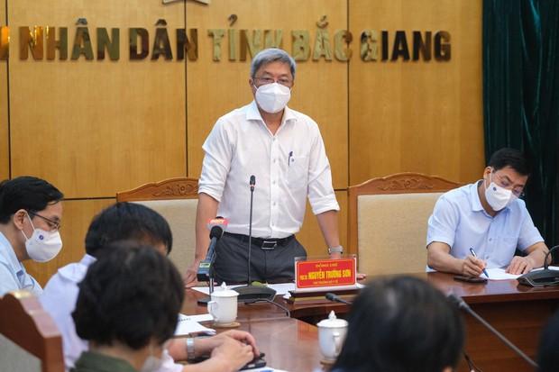 Hàng trăm công nhân mắc COVID-19, Bộ Y tế họp khẩn trong đêm với tỉnh Bắc Giang - Ảnh 2.