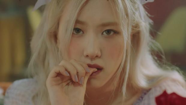 Fan phát xót khi giờ mới biết Rosé (BLACKPINK) phải nẹp cổ chấn thương, lý do netizen chê diễn tệ khi debut là đây? - Ảnh 4.