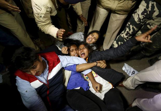 Chấn động: Cô gái Ấn Độ bị chồng sắp cưới lôi vào rừng để anh trai cùng nhóm bạn hơn 20 người cưỡng bức, chi tiết vụ việc gây phẫn nộ - Ảnh 1.