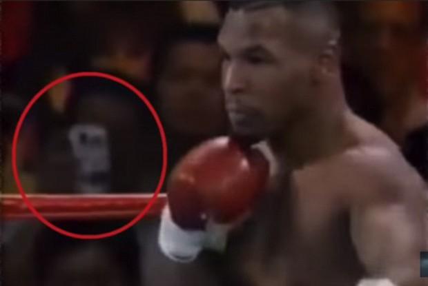 Trận đấu của Mike Tyson bất ngờ bị đào lại sau 25 năm, sự chú ý đổ dồn vào vật giống hệt smartphone trên tay một khán giả - Ảnh 1.