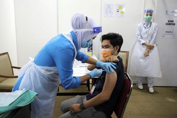 Malaysia ghi nhận thêm 44 trường hợp tử vong do COVID-19 - Ảnh 1.