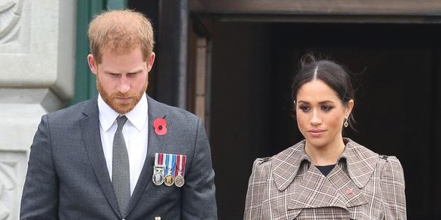 Bị dân Mỹ yêu cầu về Anh vì phát ngôn ngông cuồng trong khi các trợ lý hoàng gia kêu gọi từ bỏ tước hiệu, Harry liệu có đường lui? - Ảnh 1.