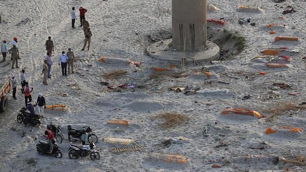 Ấn Độ: Mưa lớn quét sạch cát bề mặt, bờ sông Hằng lộ ra hàng loạt thi thể đang phân hủy - Ảnh 2.