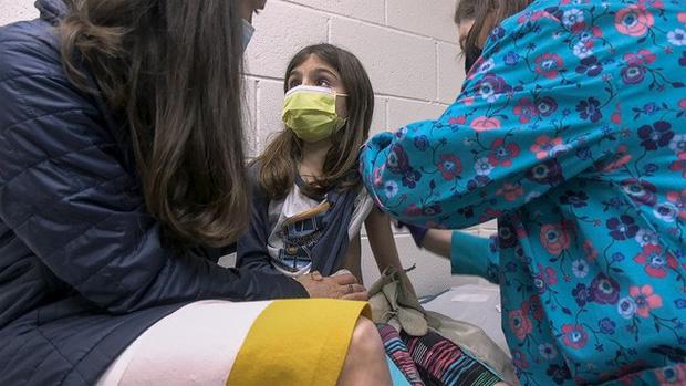 Tranh cãi về việc có nên tiêm vaccine COVID-19 cho trẻ em? - Ảnh 1.