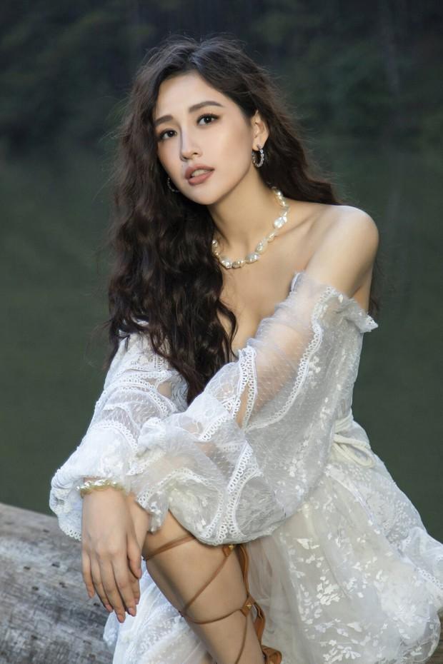 Đụng mẫu váy nàng thơ, Mai Phương Thúy chặt Hoàng Thùy nhờ cả vòng 1 lẫn kiểu tóc - Ảnh 1.