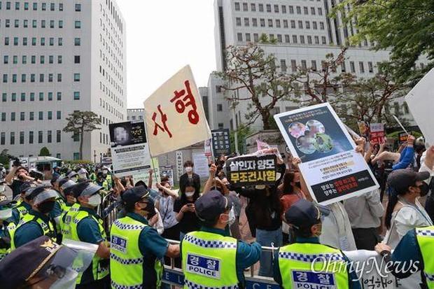 Người Hàn phẫn nộ trước mức án cho cha nuôi của bé 16 tháng tuổi bị bạo hành đến chết - Ảnh 3.