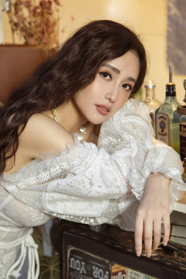 Đụng mẫu váy nàng thơ, Mai Phương Thúy chặt Hoàng Thùy nhờ cả vòng 1 lẫn kiểu tóc - Ảnh 3.