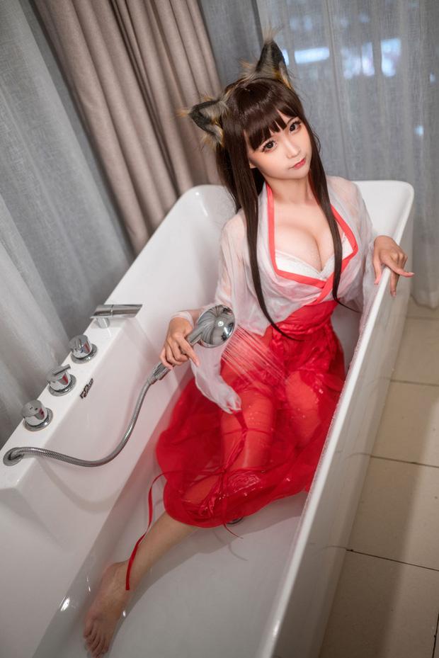 Mùa hè bớt nóng nực hơn khi ngắm nữ pháp sư diện váy lụa mỏng ngâm mình trong bồn tắm - Ảnh 4.