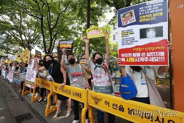 Người Hàn phẫn nộ trước mức án cho cha nuôi của bé 16 tháng tuổi bị bạo hành đến chết - Ảnh 4.