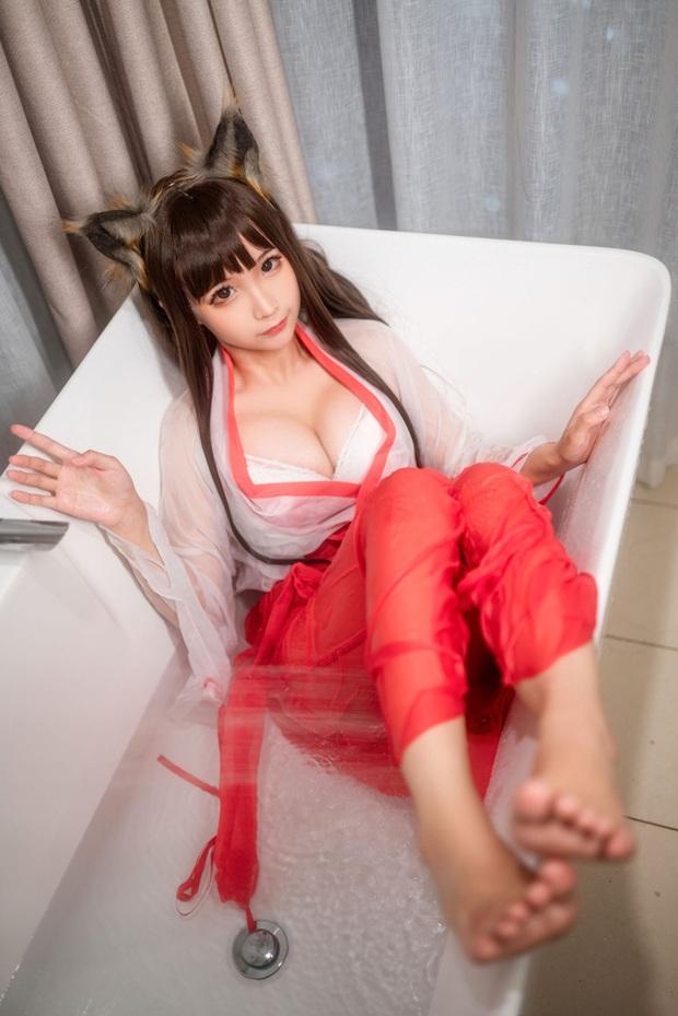 Mùa hè bớt nóng nực hơn khi ngắm nữ pháp sư diện váy lụa mỏng ngâm mình trong bồn tắm - Ảnh 8.