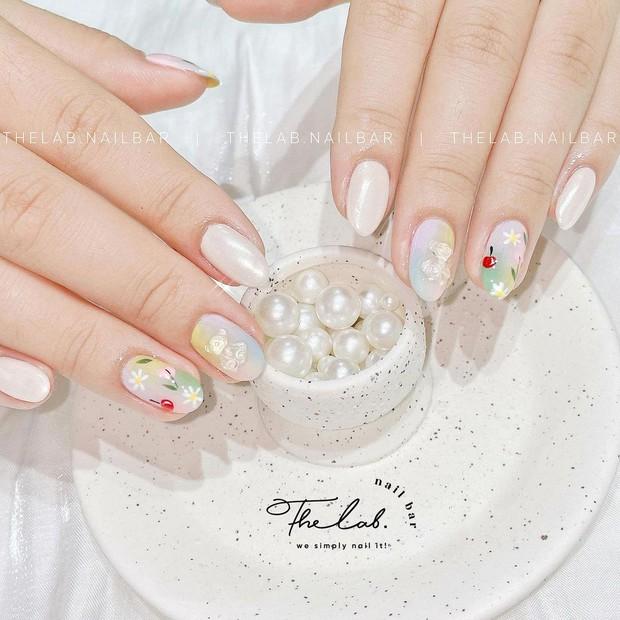 Người chơi hệ sành là phải diện nail hoa cho mùa hè và đây là 10 mẫu đẹp nhất tại các tiệm hot hit - Ảnh 7.