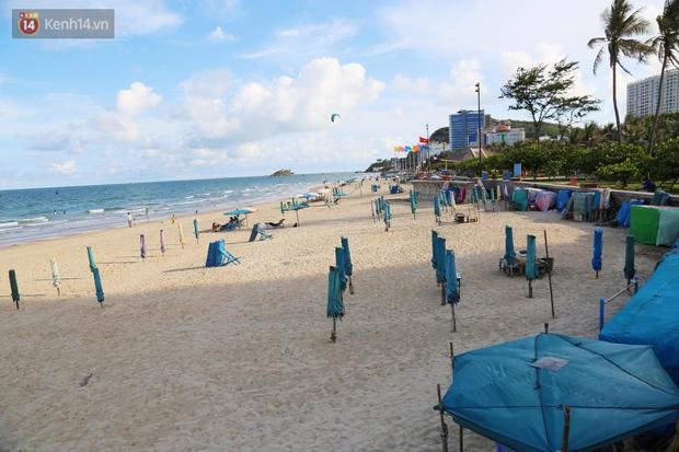 Cảnh trái ngược ở Vũng Tàu dịp lễ 30/4 và giữa dịch Covid-19: Bãi biển không bóng người, đường sá không bóng xe - Ảnh 8.