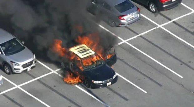 Xe ô tô bất ngờ biến thành ngọn đuốc bốc cháy dữ dội trong tích tắc, nguyên nhân chỉ từ lọ nước rửa tay khô quen thuộc trong mùa dịch - Ảnh 1.