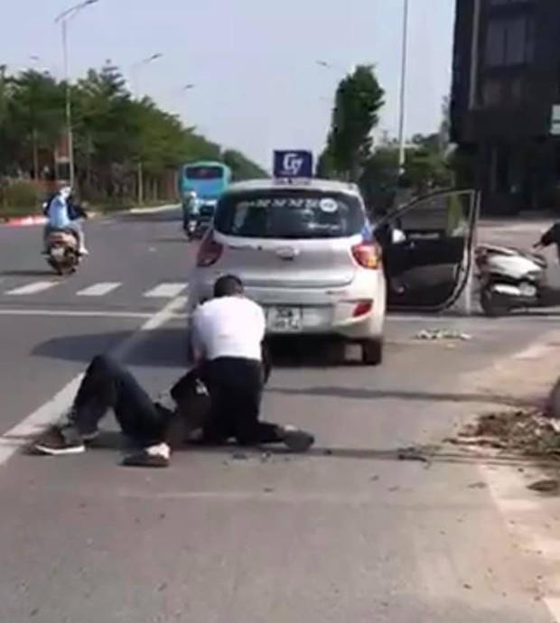 Hà Nội: Kỷ luật cảnh cáo, điều chuyển chiến sĩ công an thờ ơ khi chứng kiến tài xế vật lộn bắt cướp - Ảnh 1.