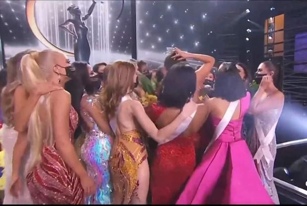 Ngừa dịch giả trân như Miss Universe 2020: Nắm tay thì không nhưng ôm hôn tập thể thì vô tư? - Ảnh 3.
