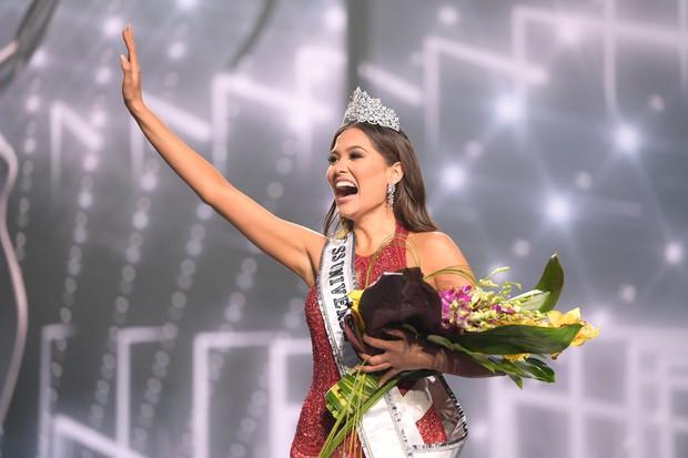 2 thái cực biểu cảm cựu và tân Miss Universe gây bão: Bên cười không khép được miệng, bên căng thẳng trao lại vương miện 115 tỷ - Ảnh 7.