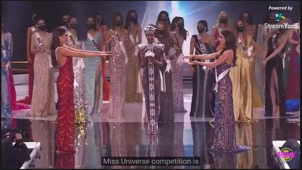 Ngừa dịch giả trân như Miss Universe 2020: Nắm tay thì không nhưng ôm hôn tập thể thì vô tư? - Ảnh 2.