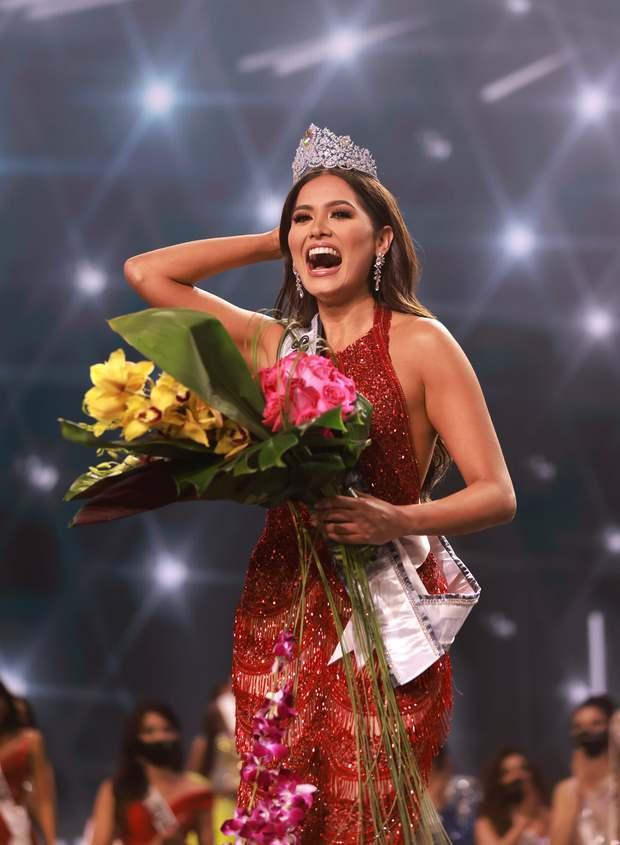 2 thái cực biểu cảm cựu và tân Miss Universe gây bão: Bên cười không khép được miệng, bên căng thẳng trao lại vương miện 115 tỷ - Ảnh 11.