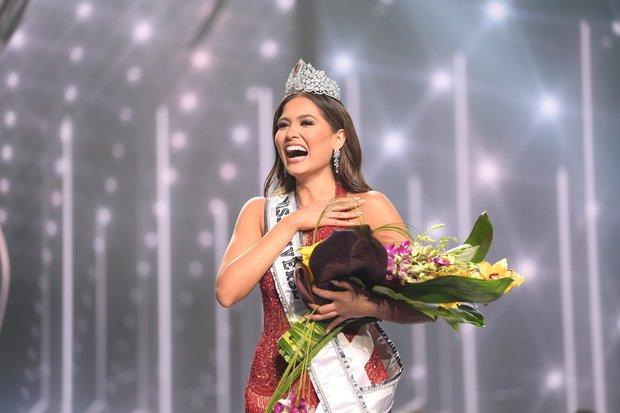 2 thái cực biểu cảm cựu và tân Miss Universe gây bão: Bên cười không khép được miệng, bên căng thẳng trao lại vương miện 115 tỷ - Ảnh 8.