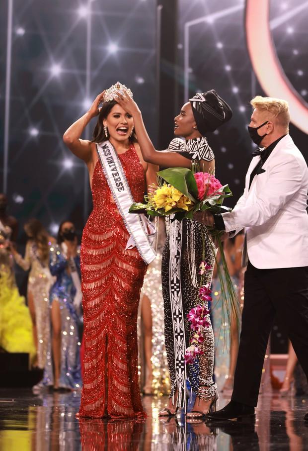 2 thái cực biểu cảm cựu và tân Miss Universe gây bão: Bên cười không khép được miệng, bên căng thẳng trao lại vương miện 115 tỷ - Ảnh 9.