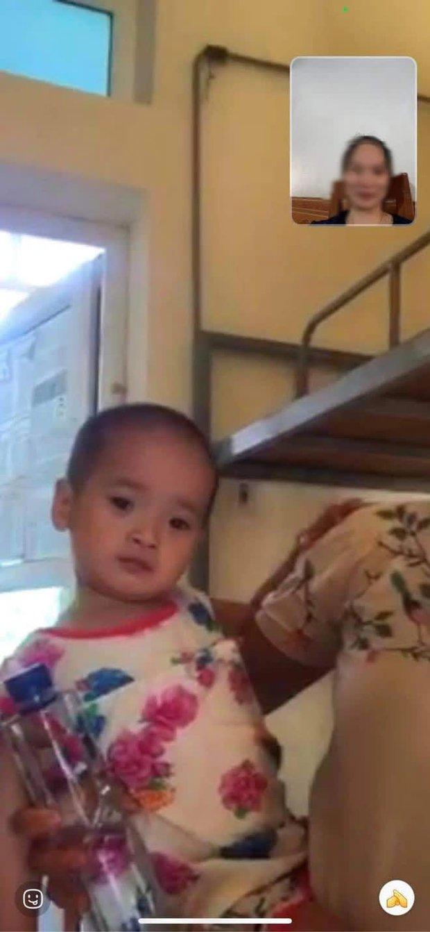 Cô bé 2 tuổi trong bộ đồ bảo hộ ở khu cách ly qua lời kể của người thân: Hôm được đi ô tô còn sướng, hôm sau cứ khóc đòi về nhà - Ảnh 3.