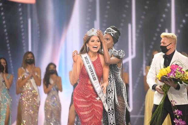 2 thái cực biểu cảm cựu và tân Miss Universe gây bão: Bên cười không khép được miệng, bên căng thẳng trao lại vương miện 115 tỷ - Ảnh 3.