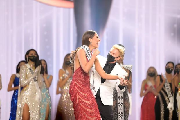 2 thái cực biểu cảm cựu và tân Miss Universe gây bão: Bên cười không khép được miệng, bên căng thẳng trao lại vương miện 115 tỷ - Ảnh 10.