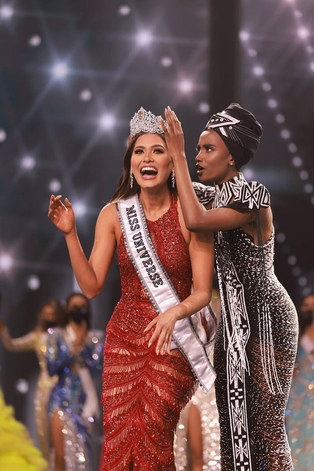 2 thái cực biểu cảm cựu và tân Miss Universe gây bão: Bên cười không khép được miệng, bên căng thẳng trao lại vương miện 115 tỷ - Ảnh 4.