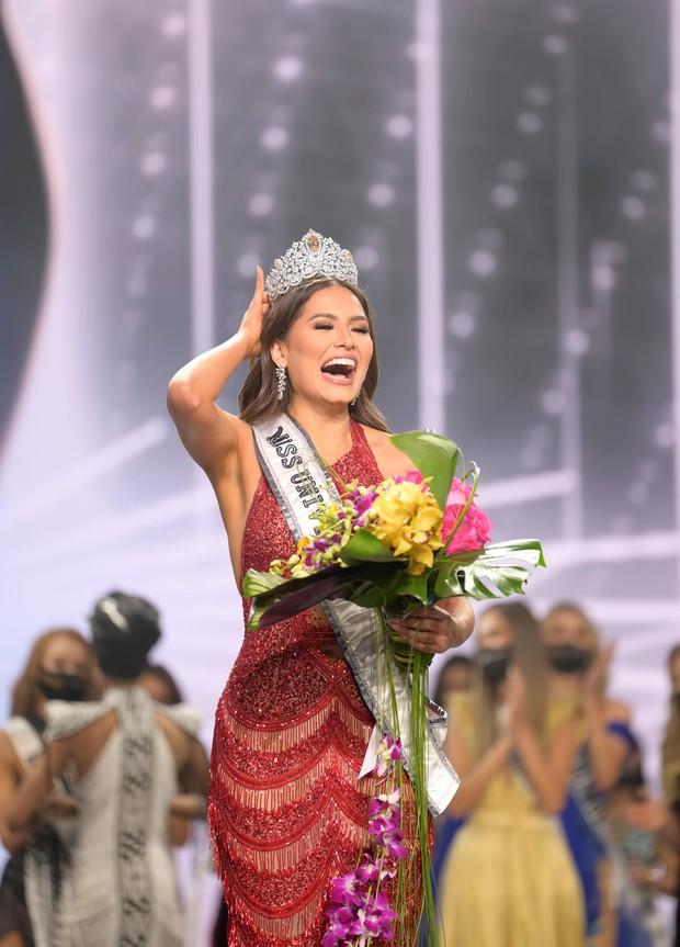 2 thái cực biểu cảm cựu và tân Miss Universe gây bão: Bên cười không khép được miệng, bên căng thẳng trao lại vương miện 115 tỷ - Ảnh 6.