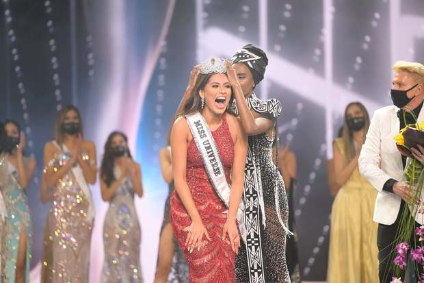 2 thái cực biểu cảm cựu và tân Miss Universe gây bão: Bên cười không khép được miệng, bên căng thẳng trao lại vương miện 115 tỷ - Ảnh 12.