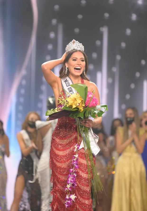 2 thái cực biểu cảm cựu và tân Miss Universe gây bão: Bên cười không khép được miệng, bên căng thẳng trao lại vương miện 115 tỷ - Ảnh 5.