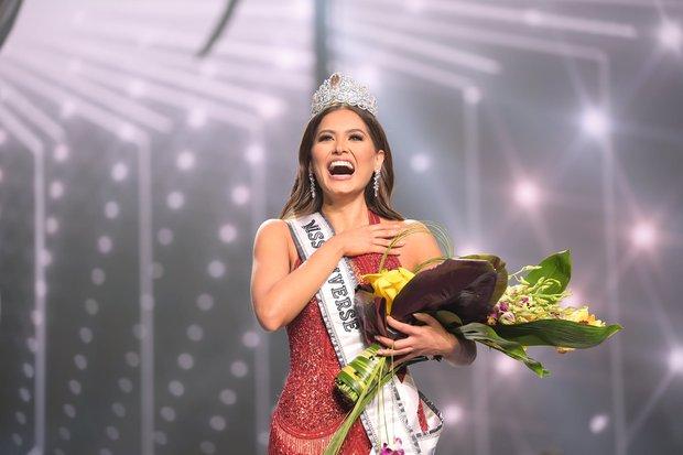 Tân Miss Universe 2020: Nàng kỹ sư máy tính với nhan sắc và body nức nở, quá khứ mất tích khó hiểu bất ngờ bị đào lại - Ảnh 17.