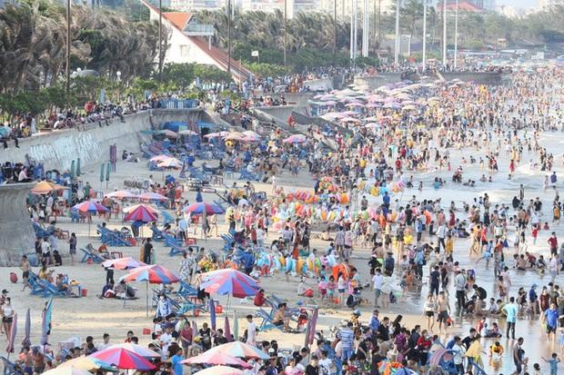 Cảnh trái ngược ở Vũng Tàu dịp lễ 30/4 và giữa dịch Covid-19: Bãi biển không bóng người, đường sá không bóng xe - Ảnh 1.