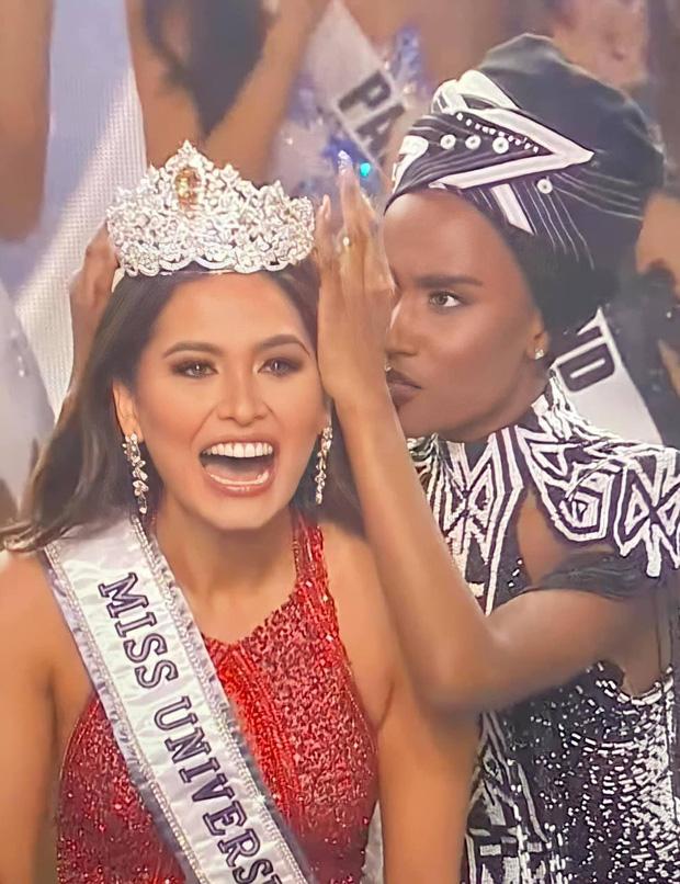 2 thái cực biểu cảm cựu và tân Miss Universe gây bão: Bên cười không khép được miệng, bên căng thẳng trao lại vương miện 115 tỷ - Ảnh 2.